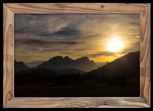 Sonnenuntergang Zugspitze im Altholzrahmen