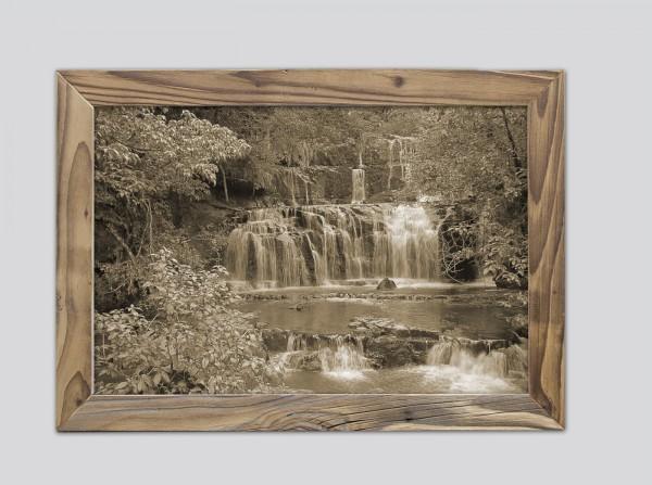 Wasserfall im Altholzrahmen