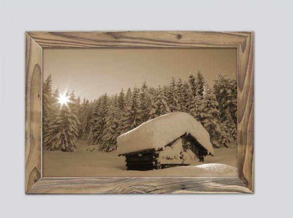 verschneiter Heustadl im Altholzrahmen