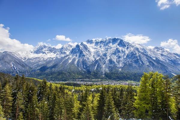 Mittenwald mit Karwendelmassiv im Frühjahr