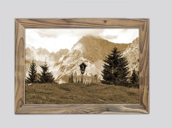 Holzkreuz vor Karwendel im Altholzrahmen